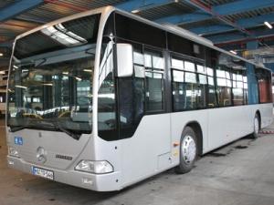 Primele autobuze Mercedes vor circula pe strazile din Bucuresti in vara anului viitor, a anuntat, vineri, primarul general al Capitalei, Adriean Videanu, la semnarea contractului cu firma Evo Bus Gmbh, cistigatoarea licitatiei privind achizitia a 500 de autobuze Mercedes.